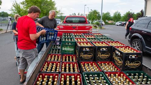 Allemagne : un village se mobilise contre un festival néo-nazi en achetant tout le stock de bières du supermarché