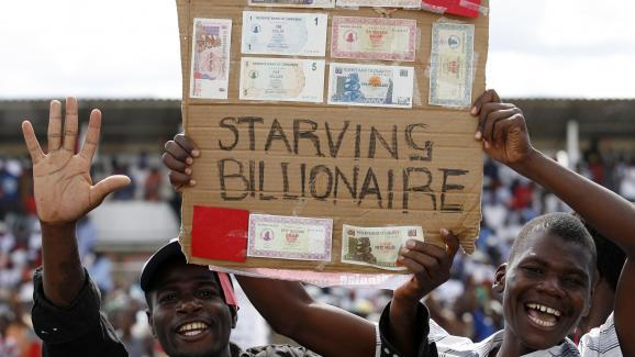 """Lors d\'une manifestation en 2008 à Harare contre l\'hyperinflation. \""""Milliardaire affamé\"""", dit la pancarte."""