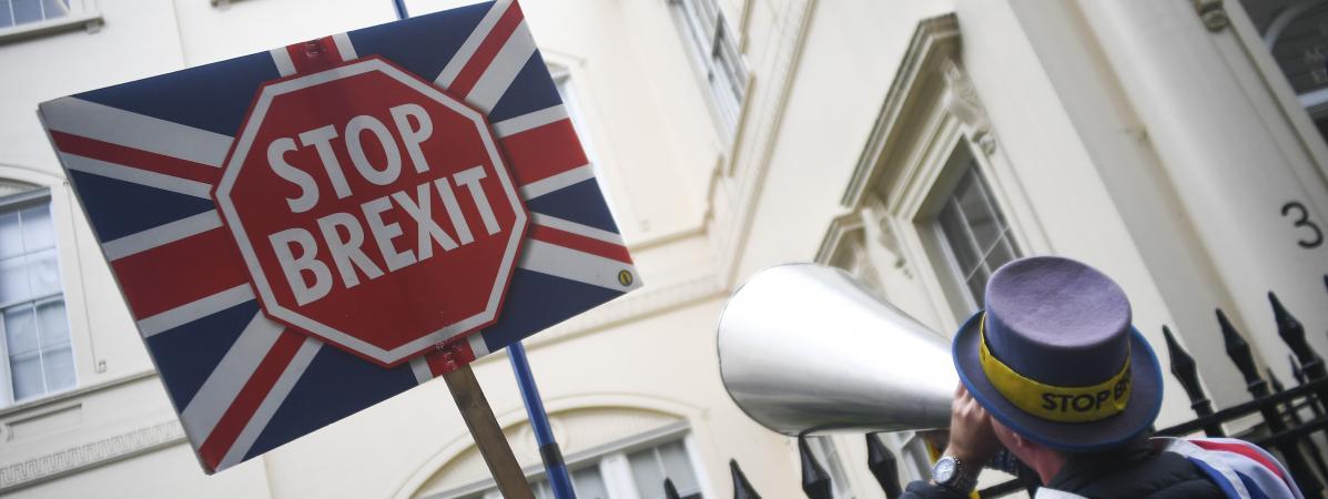 Quatre écrivains britanniques anti-Brexit en croisade en Europe
