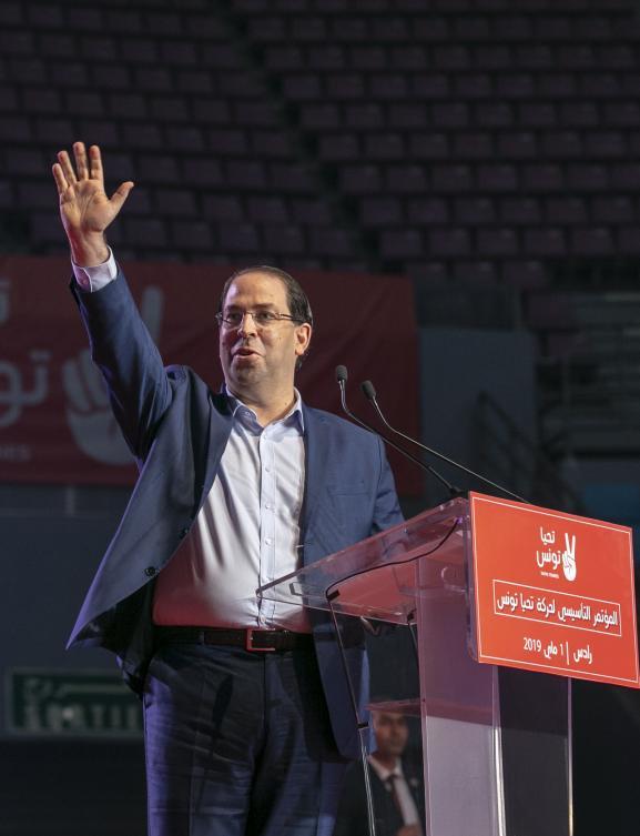 Le Premier ministre tunisien, Youssef Chahed, salue ses partisans lors du congrès fondateur de son parti,Tahya Tounes (Vive la Tunisie), le 1er mai 2019 à Tunis.