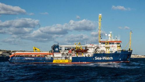 """Italie : le bateau humanitaire """"Sea-Watch"""" va forcer l'entrée du port de Lampedusa"""