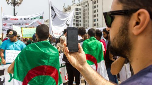 """""""Il y a un climat de psychose"""" : la galère des journalistes algériens pour couvrir le mouvement qui secoue le pays"""