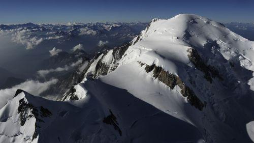 Haute-Savoie : interdiction d'atterrir au sommet du mont Blanc après la mort d'un parapentiste