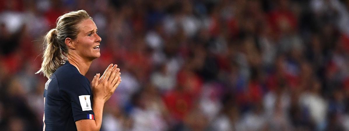Amandine Henryse tient les mains lors du match de la France face aux Etats-Unis, le 28 juin 2019, au Parc des Princes, à Paris.