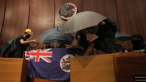 DIRECT. Hong Kong : des manifestants envahissent l'hémicycle du Parlement local