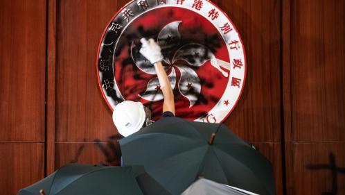 VIDEO. A Hong Kong, des manifestants font irruption dans l'hémicycle du Parlement après un siège de six heures