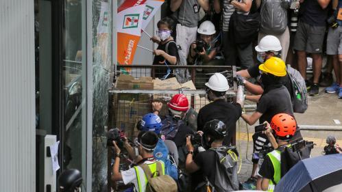 VIDEO. Hong Kong : des manifestants tentent de pénétrer dans le parlement