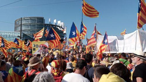 Strasbourg : manifestation d'indépendantistes catalans devant le Parlement européen pour soutenir Carles Puigdemont