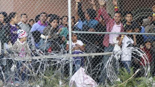 """""""Parqués comme des animaux"""" : des élus américains dénoncent les conditions de détention des migrants à la frontière mexicaine"""