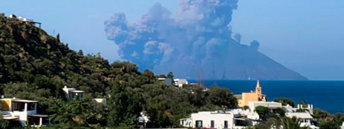 Violente éruption du volcan Stromboli - Scènes de panique 19633431