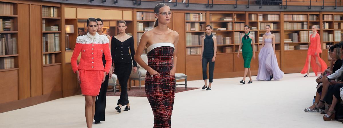 L Ombre De Karl Lagerfeld Plane Sur Le Defile Chanel Haute