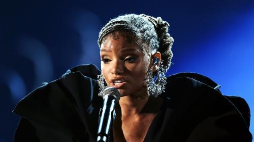 """La chanteuse de R'n'B et actrice afro-américaine Halle Bailey incarnera Ariel dans le film """"La Petite Sirène""""   https://www.francetvinfo.fr/culture/cinema/la-chanteuse-de-r-n-b-et-actrice-afro-americaine-halle-bailey-incarnera-ariel-dans-le-film-la-petite"""