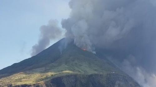 """VIDEO. """"C'était comme un James Bond, on était sur notre bateau à fond pour échapper aux nuages noirs"""" : un touriste raconte l'éruption du Stromboli"""