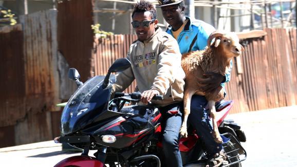 Deux Ethiopiens en moto à Addis Abeba, la capitale éthiopienne, le 5 janvier 2017.