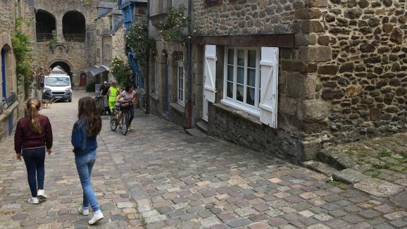 Dans les rues pavées de Dinan, la cité médiévale bretonne.