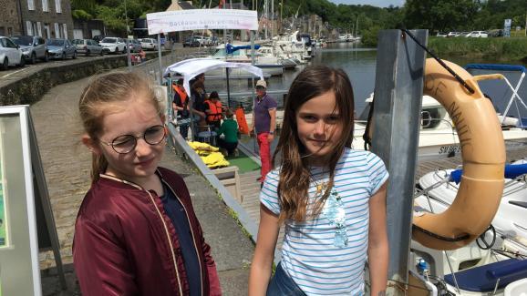Candice et Fleur sur le port de Dinan, d\'où l\'on peut faire le tour de la Rance en bateau ou pédalos.