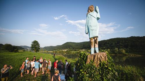 Massacre à la tronçonneuse : la ville natale de Melania Trump inaugure une étrange statue en bois à son effigie