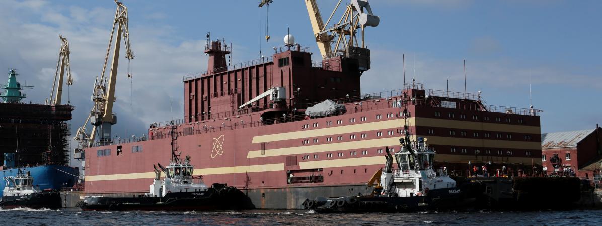 La centrale nucléaire flottante, l\'Akademik Lomonosov, avant son départ de Saint-Pétersbourg (Russie) le 28 avril 2019.