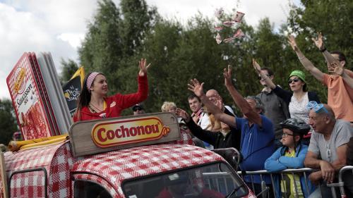 """""""C'est encore la course à l'échalote"""" : comment la caravane du Tour de France peine à prendre la roue de l'écologie"""