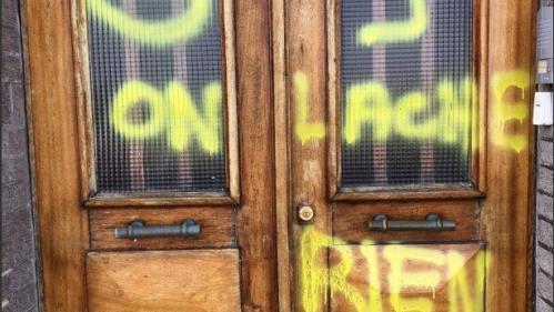 """Seine-Maritime : un tag """"gilets jaunes, on lâche rien"""" sur la porte de la permanence de la députée LREM à Fécamp"""