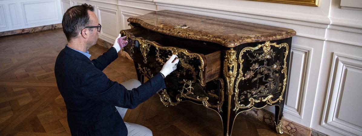 Le directeur du Musée National du château de Versailles, Laurent Salome, inspecte la magnifique commode du XVIIIe siècle que vient d\'acquérir le Musée pour 4 millions d\'euros. Le meuble avait disparu pendant la Révolution française.