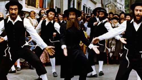 """""""Et maintenant, Rabbi Jacob va danser !"""" : 200 personnes dansent la célèbre chorégraphie du film en pleine rue à Paris"""
