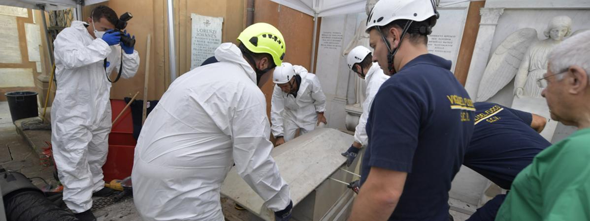 Des enquêteurs et des pompiers ouvrent une tombe dans un cimetière allemand de la Cité du Vatican, le 11 juillet 2019.