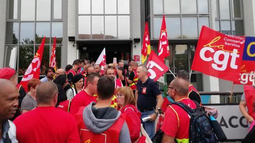 Conforama : des syndicalistes de la CGT en viennent aux mains avec des agents de sécurité juste avant le CCE  https://www.francetvinfo.fr/economie/emploi/plans-sociaux/conforama-des-syndicalistes-de-la-cgt-en-viennent-aux-mains-avec-des-agents-de-securite