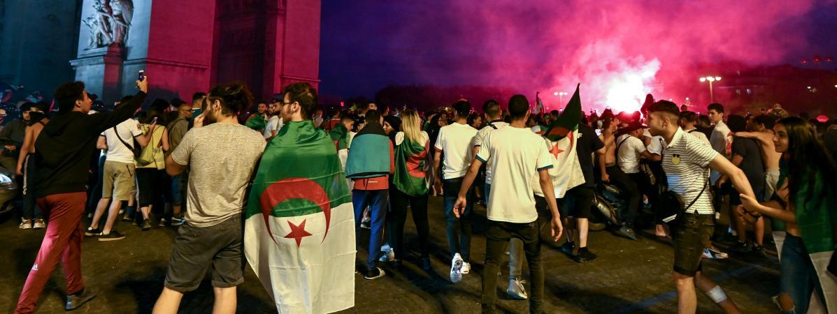 Des supporters algériens fêtent la qualification de l\'Algérie lors de la Coupe d\'Afrique des nations, à Paris, le 11 juillet 2019.