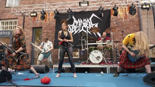 VIDEO. Tricoter en se trémoussant sur du heavy metal : c'est le pari d'un insolite championnat finlandais