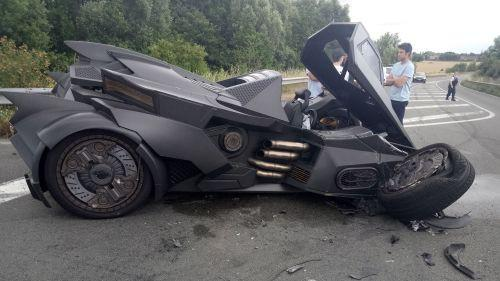 PHOTOS. Nord : un youtubeur crashe sa Batmobile à une sortie d'autoroute