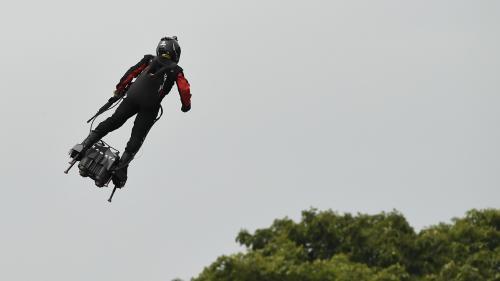 """VIDEO. Un """"homme volant"""" au-dessus des Champs-Elysées pour le défilé du 14-Juillet"""