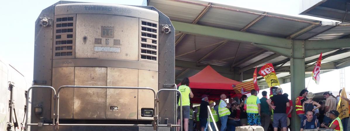Des membres de la CGT manifestentcontre l'arrêt de l'exploitation du train de primeurs à Perpignan (Pyrénées-Orientales), le 12 juillet 2019.