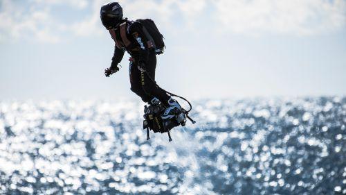 """L'""""homme volant"""" du défilé des Champs-Elysées va tenter la traversée de la Manche avec son Flyboard"""