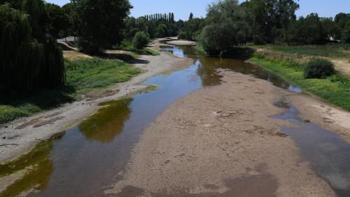 """Sécheresse : """"On a perdu de la capacité de stockage de l'eau dans les sols"""", selon une chercheuse"""