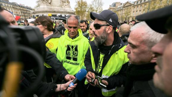 Jamel Bouabane (au centre) et Jérôme Rodrigues (à droite), le 6 avril 2019, sur la place de la République à Paris.
