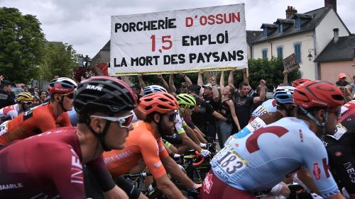 Tour de France : le départ de la 14e étape retardé par une manifestation d'opposants à une porcherie