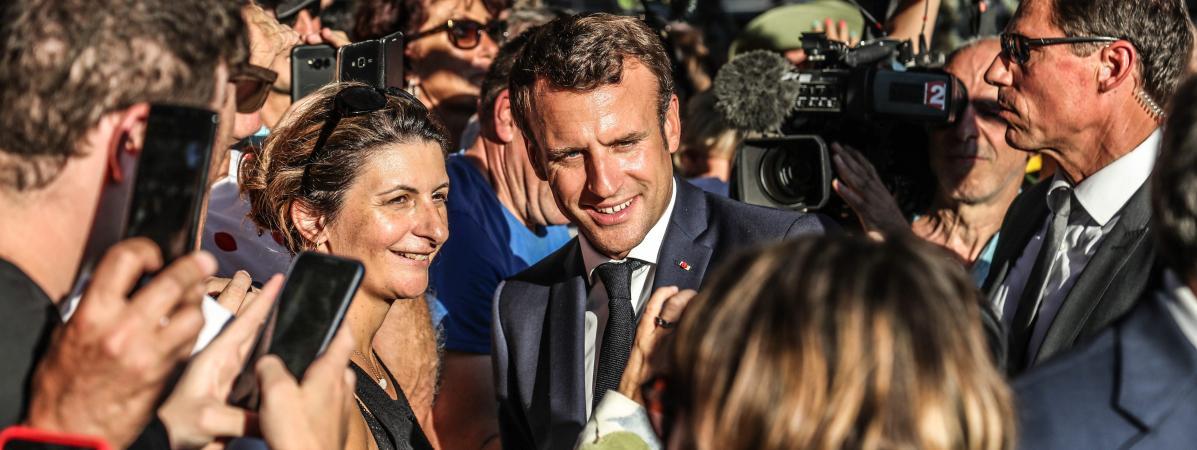 """VIDEO. """"Il faut qu'il se défende comme tout citoyen"""" : en marge de son déplacement sur le Tour de France, Emmanuel Macron évoque François de Rugy"""