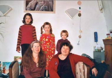 """Marie-Laure Picard, Carla Boni et leurs trois filles, en 2002 (photo issue du film \""""J\'ai deux mamans\"""" de Christine François)."""