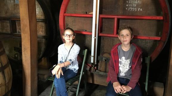 Margot et Paul visitent la distillerie Drouin, à Pont l\'Evêque.