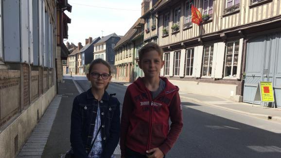 Margot et Paul dans le quartier Vaucelles, à Pont L\'Evêque.