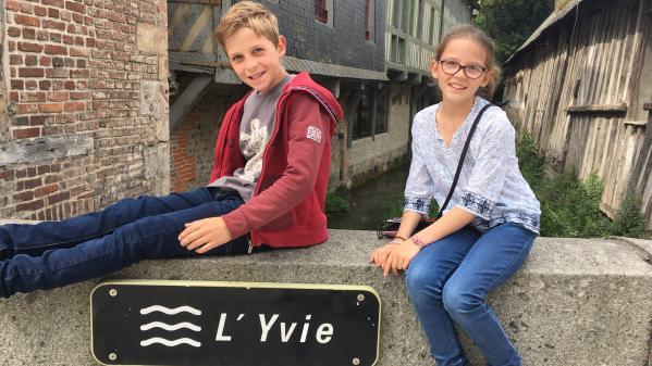 Mômes trotteurs. A Pont L'Évêque en Normandie, avec Paul et Margot
