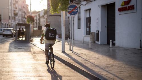 """""""Ce n'est pas parce qu'on transpire plus qu'on gagne plus"""" : étouffant sous la canicule, les livreurs à vélo racontent leurs conditions de travail"""