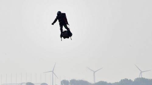 """""""L'homme volant"""", Franky Zapata n'a pas réussi sa traversée de la Manche"""