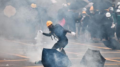 """Hong Kong : la police tire des gaz lacrymogènes et des balles en caoutchouc lors d'une manifestation """"anti-triades"""""""