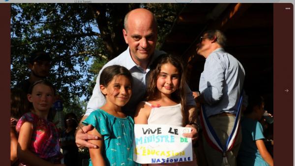 Le ministre de l'Education a-t-il posé avec un faux dessin d'enfant lors d'une visite dans une colonie de vacances ?