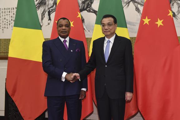 Le président du Congo, Denis Sassou Nguesso (à gauche), serre la main du Premier ministre chinois,Li Keqiang, à Pékin le 5 septembre 2018