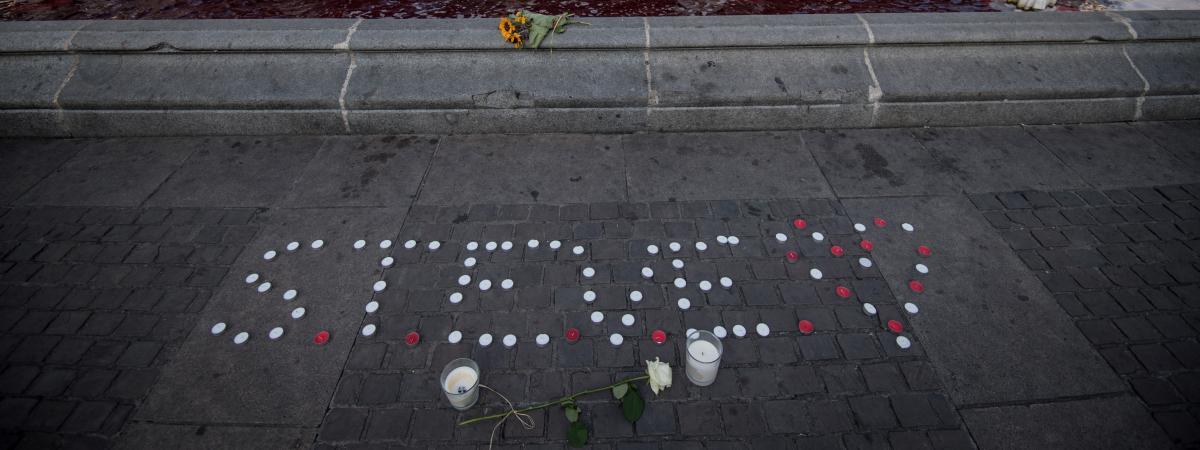 Le prénom Steve écrit avec des bougies, au pied de la fontaine de la Place Royale à Nantes, le 30 juillet 2019.