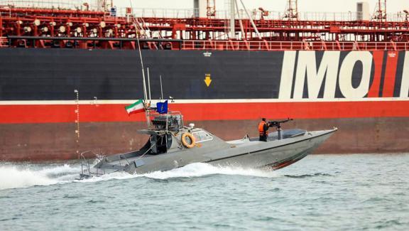 Capture d'écran de la chaîne officielle iranienne montrant un Gardien de la Révolution patrouiller autour du Stena Impero, le 22 juillet 2019.