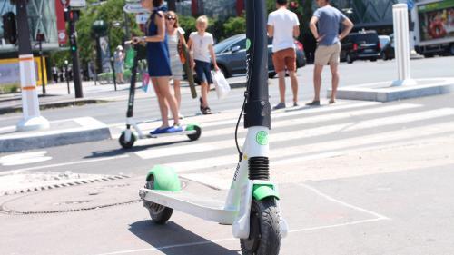 """Trottinettes électriques : les usagers pourraient recevoir l'amende s'ils se garent """"de manière systématique"""" sur les trottoirs"""